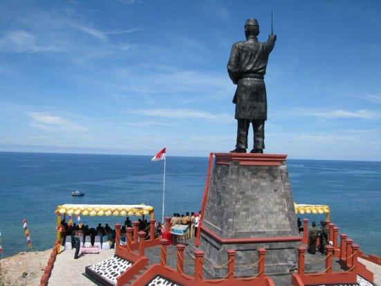 patung Datuk Kaya Wan Moh Dun di perbatsan Pulau laut Ujung Utara indonesia kabupaten natuna