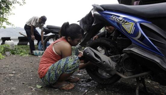 Di Bandung Juga Ada Nih, Gadis Manis Tukang Tambal Ban