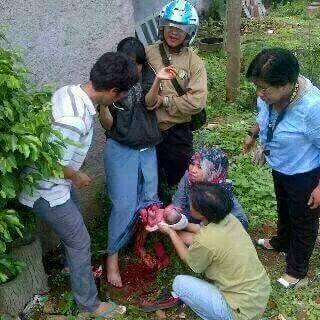 ... Seorang siswi SMA terfoto sedang melahirkan janin di halaman sekolah