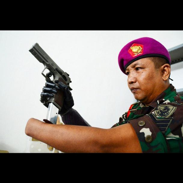serka-marinir-siswadi-prajurit-tni-dengan-tangan-robot-pertama-di-indonesia