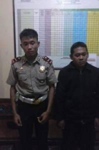 Dua Polisi Gadungan yang diamankan di Polsek Bungkal Ponorogo. Foto: ICWP